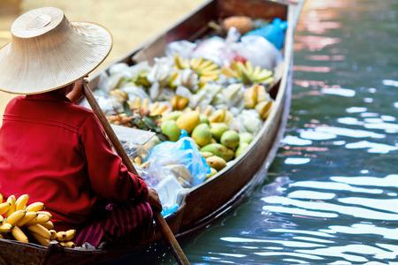 Vendedora en el mercado flotante de Damnoen Saduak, Tailandia Foto de archivo - 37202324