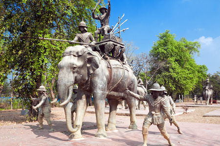 invaders: Ayutthay, Tailandia - 22 de febrero: Un monumento a los libertadores de la antigua capital de Tailandia Ayutthay de los invasores birmanos, Ayutthay, Tailandia, 22 de febrero 2014 Editorial