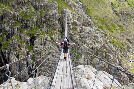 canton berne: Trift Bridge, pedestrian-only suspension bridge in Alps. Canton of Berne. Svitzerland