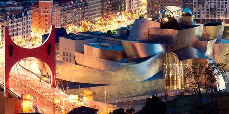 モダンアート: ビルバオ, スペイン - スペイン ・ ビルバオを夕暮れのグッゲンハイム美術館の外観。2013.This 美術館は、現代美術の展覧です。