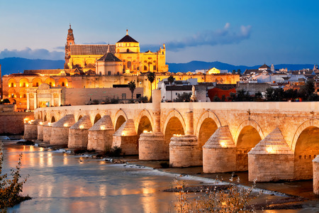 religion catolica: Puente romano y el río Guadalquivir, Gran Mezquita, Córdoba, España
