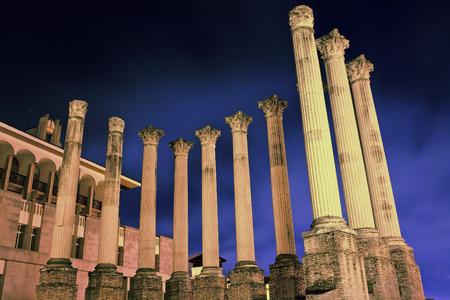 Roman temple: ruinas del antiguo templo romano en la noche. C�rdoba, Espa�a