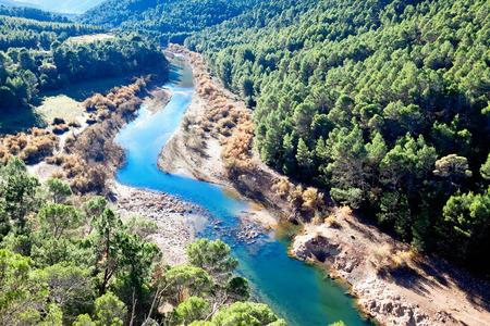 川と山の風景。グアダルキ ビール川