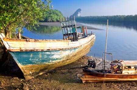 Old boat on background Kanaab Nam Cliff, Krabi Town, Thailand Standard-Bild