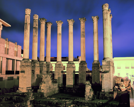 Roman temple: ruinas del antiguo templo romano en la noche. Córdoba, España