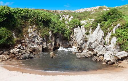 Strand Gulpiyuri, Asturien, Spanien Standard-Bild - 47636550