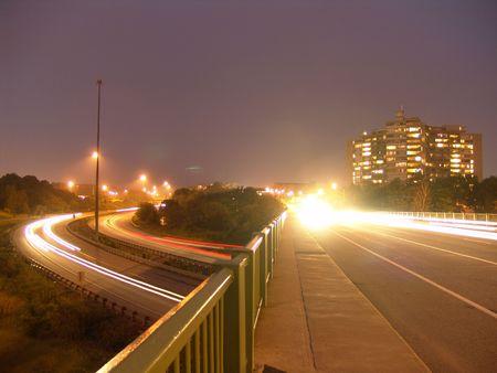 Nacht verlichting en snellere auto's Stockfoto
