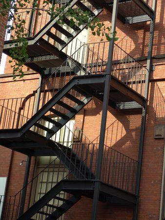 huir: escaleras escalera de incendios  Foto de archivo