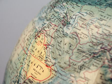 グレーの背景で中東地域に焦点を当てた地球儀のクローズ アップ 写真素材