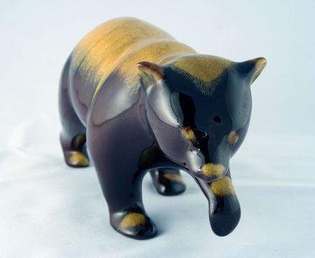 前方を歩いて黒い熊の磁器中国の置物