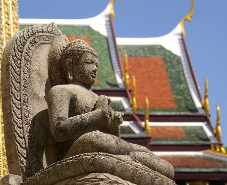 riek: Kleine boeddha beeld in Wat Phra Kaew, Bangkok Stockfoto