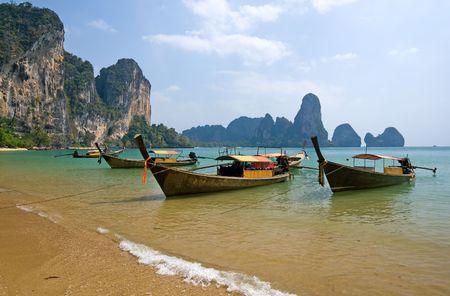 krabi: Barche Longtail tradizionale sulla spiaggia di Railay, provincia di Krabi, Tailandia Archivio Fotografico