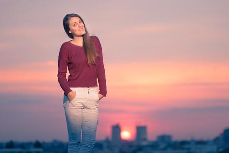 colores calidos: colores cálidos que presenta la puesta del sol Una chica joven amarillo-naranja