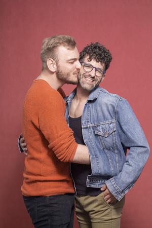 pareja, abrazándose y juntos mientras somos felices, sonriendo mientras mira a la cámara.