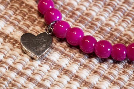傷ついた心.上のピンクの真珠とシルバー ハート ブレスレット