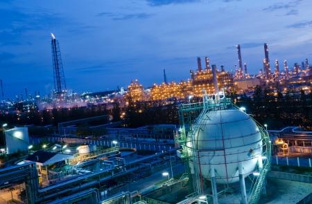 Gasopslag bollen tank in petrochemische fabriek in de nacht
