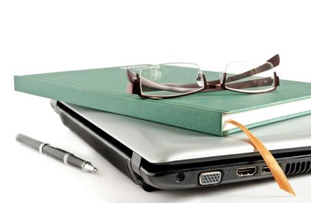 libros abiertos: Gafas y libro verde pone en la computadora portátil