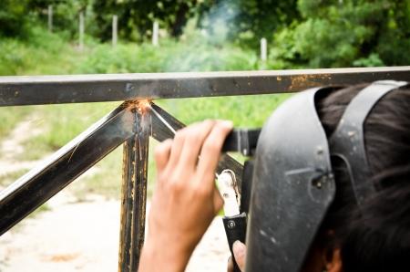 comenzar: soldadura trabajador comenzar chispa a la puerta de salida