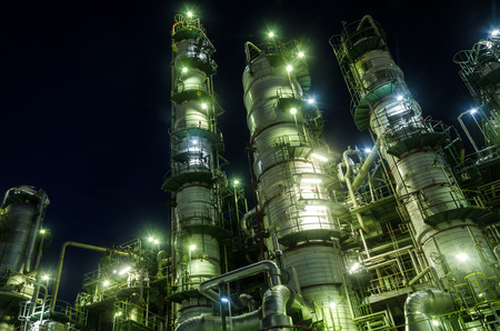 industria petroquimica: Torre Columna en planta petroquímica en el crepúsculo