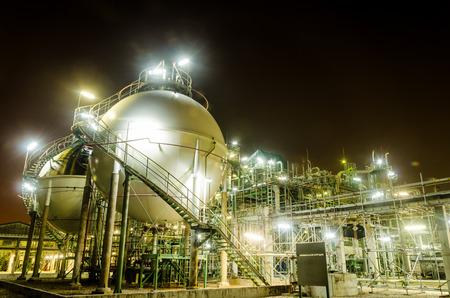 petrochemie industrie: two sphere tank gas petrochemical industry at twilight Redactioneel