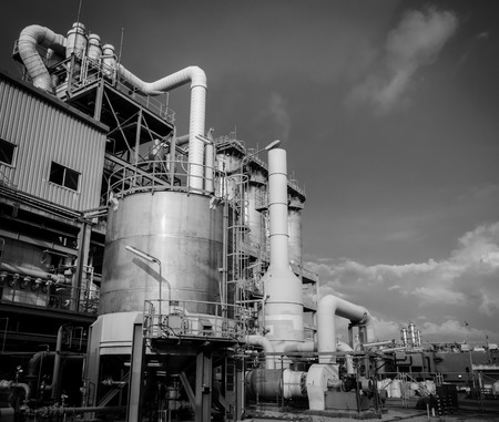 industria petroquimica: Almacenamiento de la industria petroquímica tanque. foto en blanco y negro
