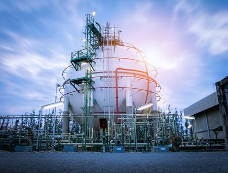 Gas storage spheres tank in oil refinery plant on sky sunrise background Stockfoto