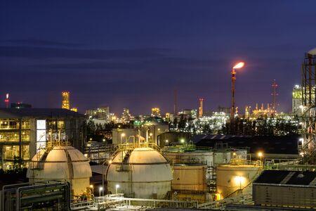 Oil refinery at night,Petrochemical plant at night Standard-Bild