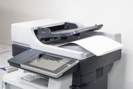 zamknąć arkusze papieru na drukarce w biurze Zdjęcie Seryjne