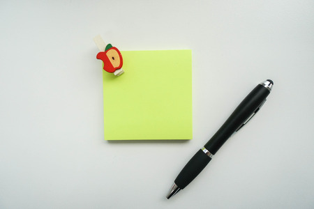 blank note: isolated mock up green sticky note with pen