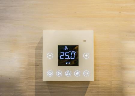 tablero de control: Máquina de configuración de aire acondicionado en el dormitorio Foto de archivo
