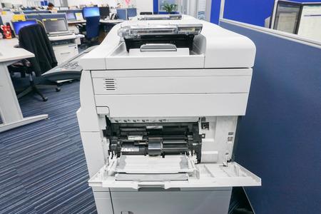 teclado numerico: bandeja de la impresora de cerca para insertar la hoja de papel con enfoque selectivo