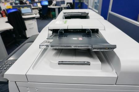 セレクティブ フォーカスが付いているオフィスの多機能プリンター トレイを閉じる