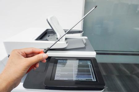 Onderhoudsmonteur linker schroevendraaier voor onderhoud en reparatie kantoorprinter