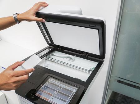 スキャンし、ドキュメントの印刷用の実業家ホールド スマート カードを閉じる