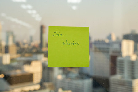 sticker note with job interview message for reminder Фото со стока