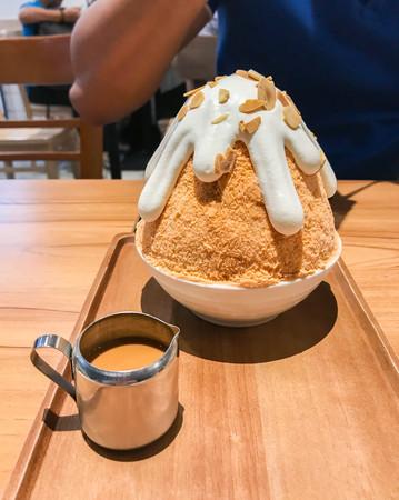 Iced Thai milk tea bingsoo in dessert cafe 免版税图像