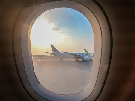 Bangkok / Tailandia - 12 de febrero de 2019: cortina de ventana de pasajero en avión para ver aviones de Japan Airlines y S7