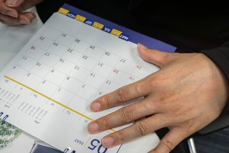 selective focus businessman plan and mark the meeting on May calendar for reminder 版權商用圖片