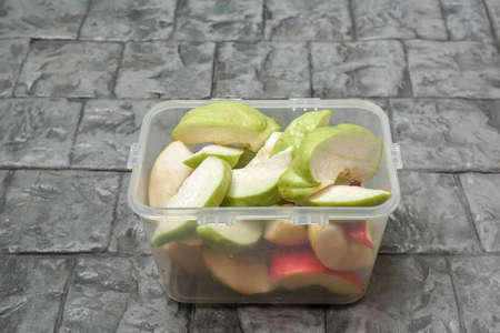 sliced guava and apple in plastic box for healthy diet Standard-Bild