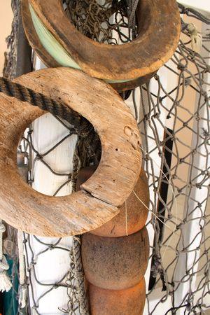 boyas: Antiguo bobinas de pesca, redes y boyas Foto de archivo