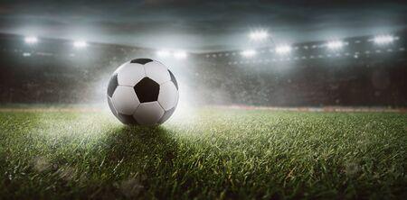 Balón de fútbol en un estadio Foto de archivo