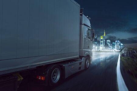 Truck on the road at night Foto de archivo - 130136917