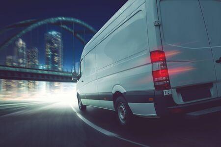 Delivery van on the street in the night 版權商用圖片 - 130136946