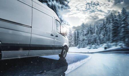 Delivery van delivers on the road 版權商用圖片