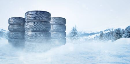 Car tires on a snowy roadway 版權商用圖片 - 133203776