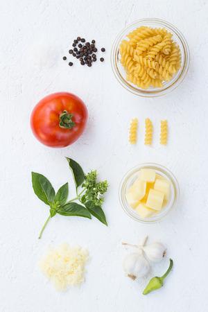 queso rallado: Cocinar los ingredientes Fusilli Pasta B�sica Foto de archivo