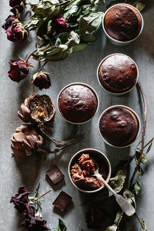 sere: Molten chocolate cakes in cups. Dried roses and artichokes for decoration