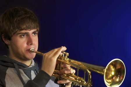handsom: Handsom hombre joven que toca la trompeta.