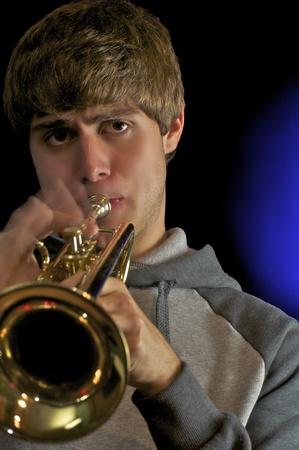 handsom: El hombre joven Handsom a tocar la trompeta. Foto de archivo