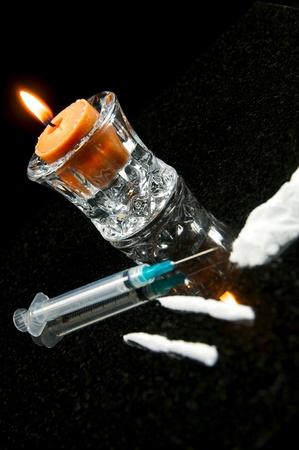 amphetamine: Drogas con fines recreativos, l�neas de coca�na aislados en negro con una jeringa